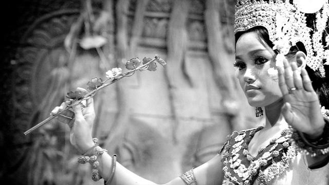 Schöne, tanzende Kambodschanerin mit traditionellem Haarschmuck und traditioneller Kleidung