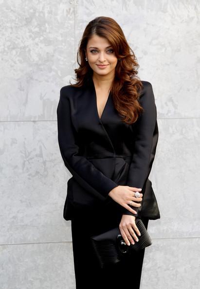 Die bezaubernde Schauspielerin Aishwarya Rai in eleganter schwarzer Kleidung