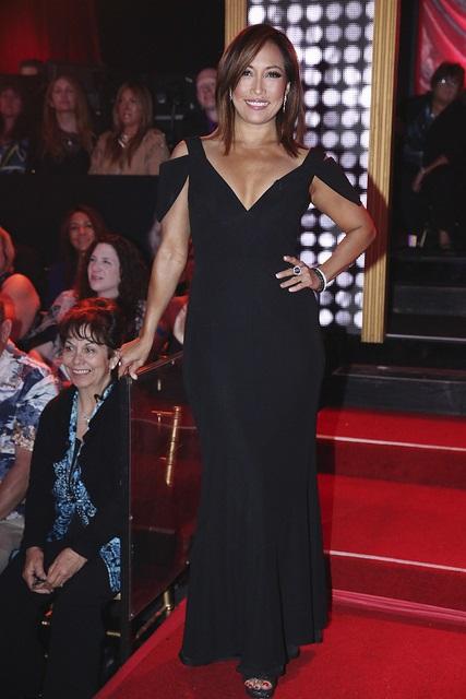 Die ebenso schöne wie erfolgreiche Tänzerin Carrie Ann Inaba im schwarzen Kleid stehend