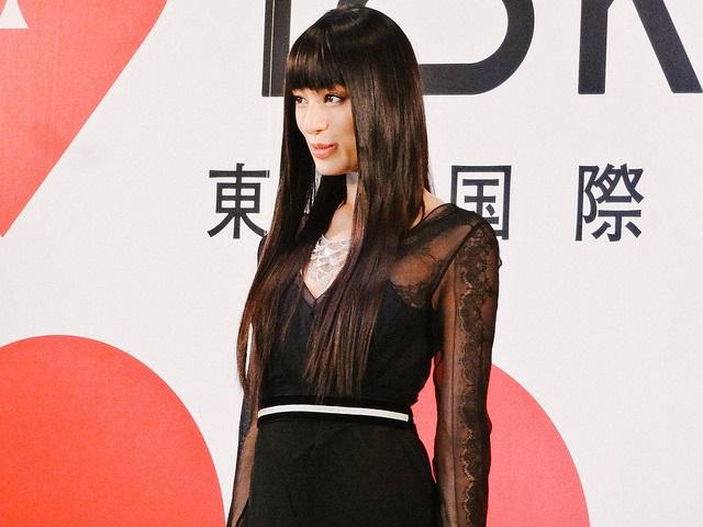 Die bezaubernde japanische Schauspielerin Chiaki Kuriyama in elegantem Kleid