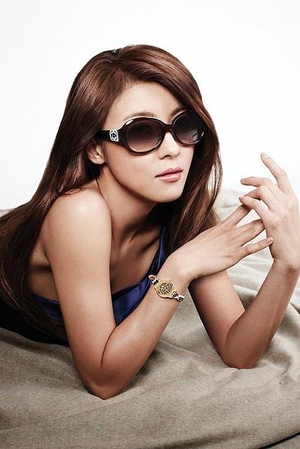 Die bezaubernde Schauspielerin Ha Ji-Won mit Sonnenbrille liegend
