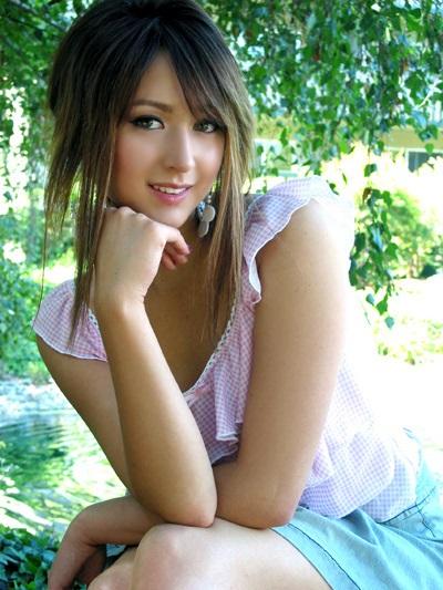 Die bezaubernde J-Pop-Sängerin Leah Dizon sitzend