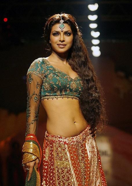 Die bezaubernde indische Schauspielerin Priyanka Chopra in traditioneller indischer Kleidung