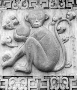 Das Tierkreiszeichen Affe auf einer Täfelung
