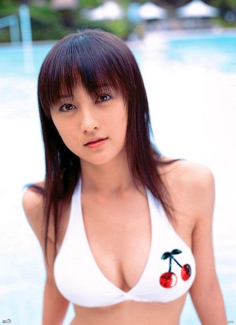 Die hübsche Ayaka Komatsu im Bikini