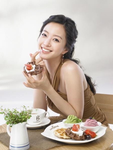 Die schöne südkoreanische Schauspielerin Han Ye-seul beim Naschen