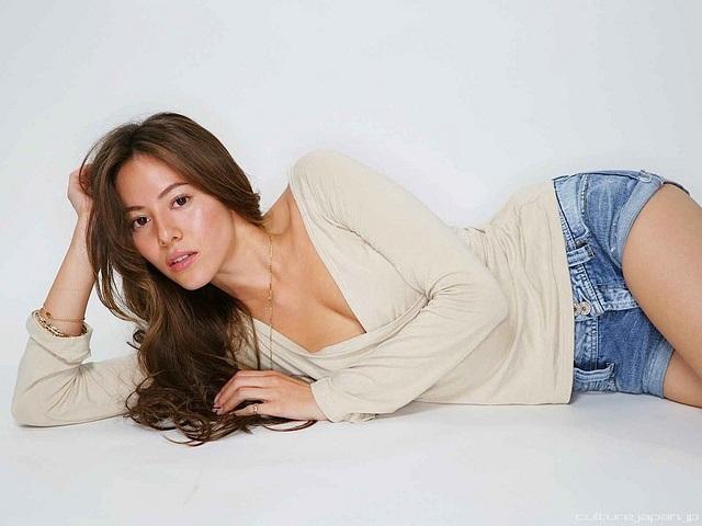 Das argentinisch-japanische Model Jessica Michibata liegend