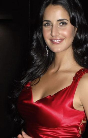 Die bezaubernde Schauspielerin Katrina Kaif in elegant-rotem Kleid