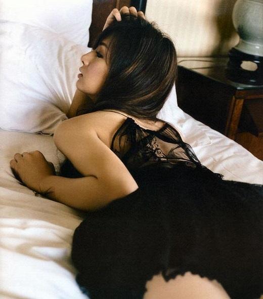 Keiko Kitagawa auf dem Bett liegend