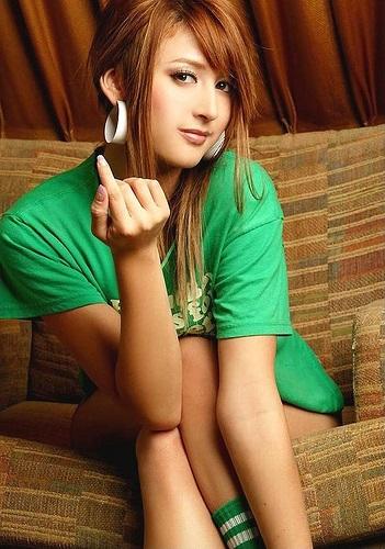 Das schöne Foto Model Leah Dizon sitzend mit grünem T-Shirt