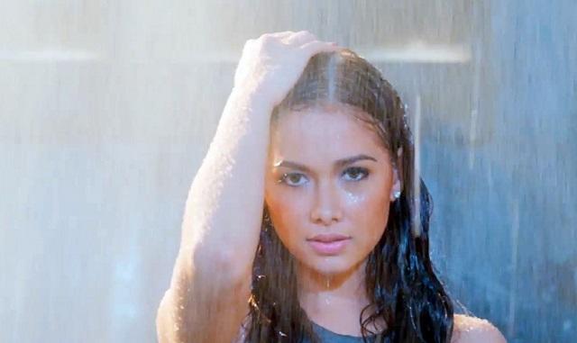 Die entzückende philippinische Sängerin und Schauspielerin Maja Salvador im Regen