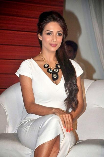Die schöne indische Tänzerin Malaika Arora Khan sitzend im weißen Kleid