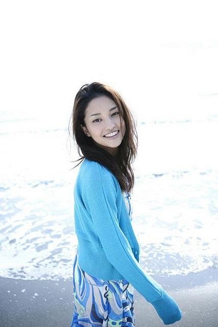 Die bezaubernde Meisa Kuroki lächelnd am Meer