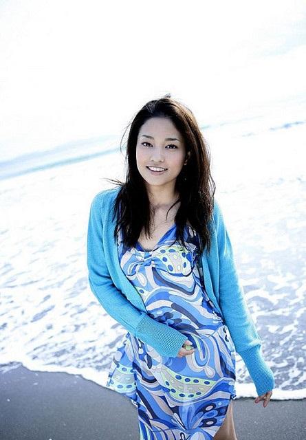 Die hübsche Japanerin Meisa Kuroki am Meer