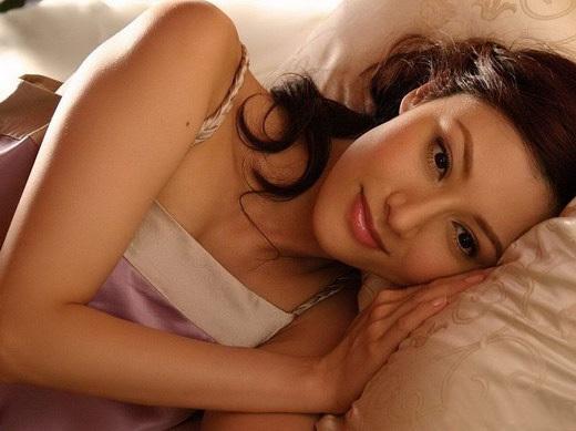 Die schöne Chinesin Michelle Reis liegend