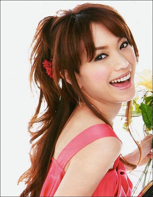 Die süße Schauspielerin Yuri Ebihara lachend